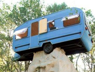 une caravane sur un menhir... A la Belle Folie