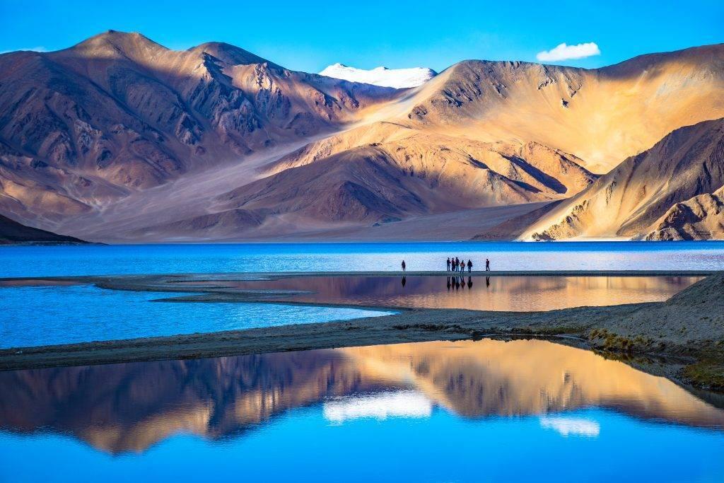 Lac du Ladakh entouré de chaînes de montagnes