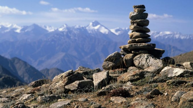 Sentier de trek avec vue sur l'Himalaya