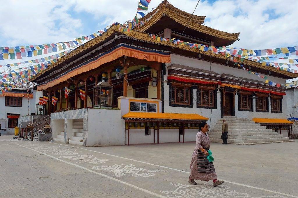 Habitante du Ladakh devant temple