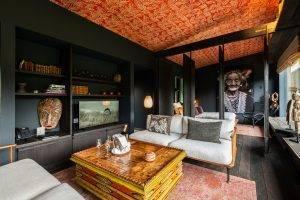 Intérieur d'un lodge à l'ambiance africaine