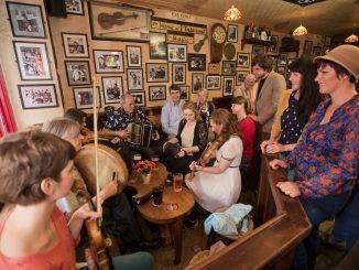 Musiciens en train de jouer dans un pub irlandais