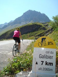Cycliste en train de rouler sur une route de montagne