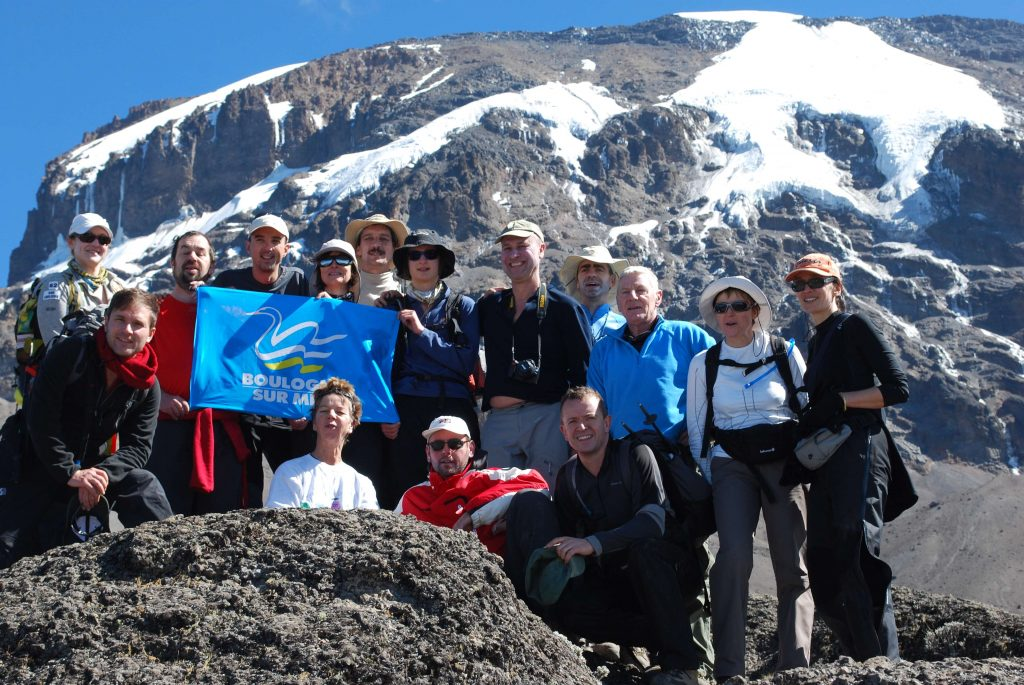 Groupe de personnes devant un sommet de montagne
