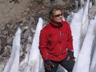 Isabelle Mislanghe devant un glacier