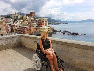 Femme en fauteuil regardant le point de vue