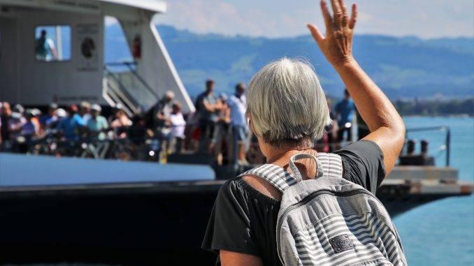 Vancière senior hélant d'autres personnes à bord d'un bateau