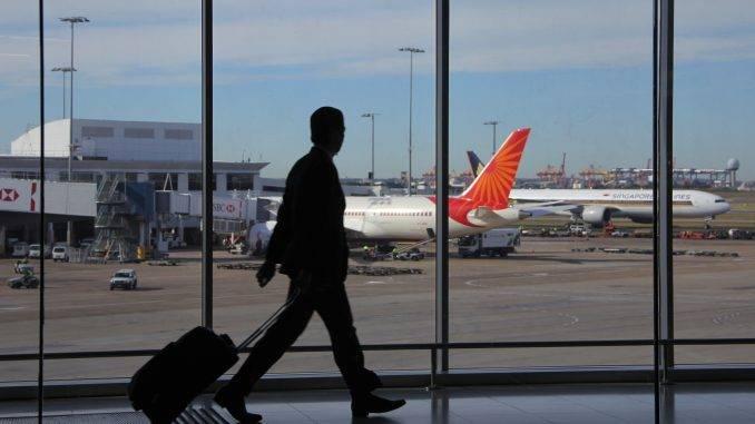 Passager avec sa valise dans un aéroport