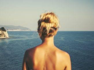 Femme de dos regardant la mer