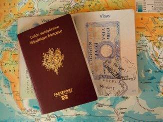 Passeport ouvert sur une carte du monde
