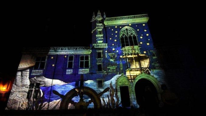 Projection de jeux de lumière la nuit sur les façades de la ville de Bourges