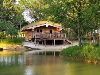Cabane au bord de l'eau