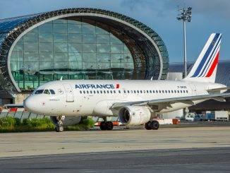 Appareil A319 d'Air France au sol devant le terminal