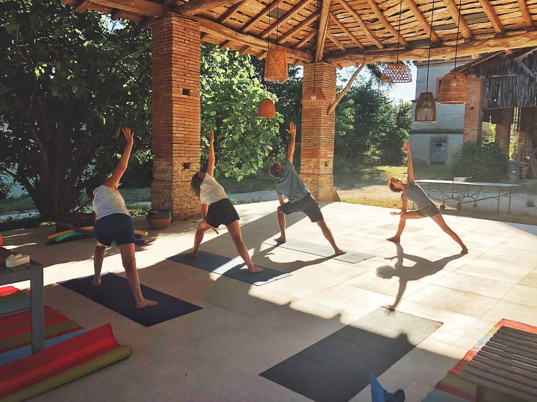 Personnes en train de suivre un cours de Yoga