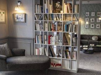 Bibliothèque dans le lobby d'un hôtel littéraire