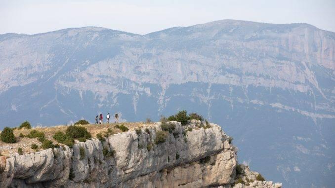 Personnes en train de marcher dans la montagne