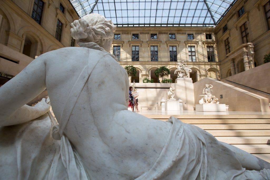 Sculpture à l'intérieur du musée du Louvre