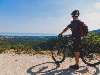 Personne à vélo devant un point de vue