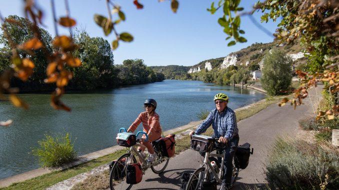 Seniors à vélo le long de la Seine